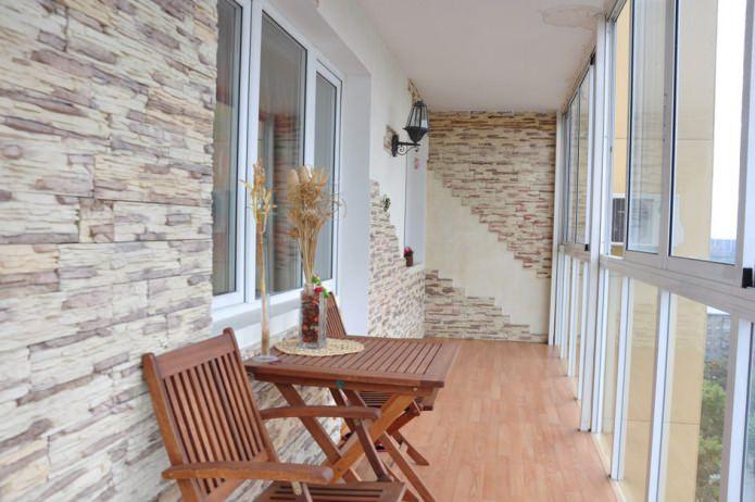 отделка стен на балконе декоративным камнем