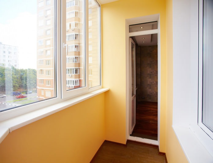покраска балкона светло-оранжевой краской