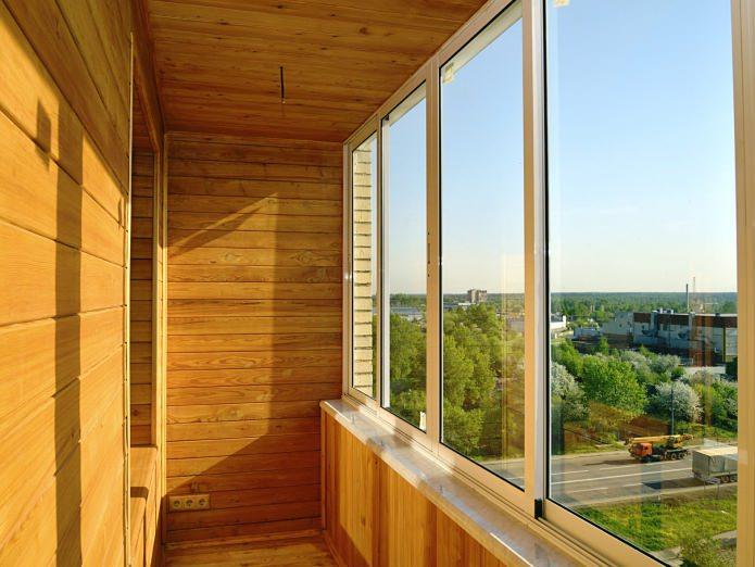дерево в отделке стен на балконе
