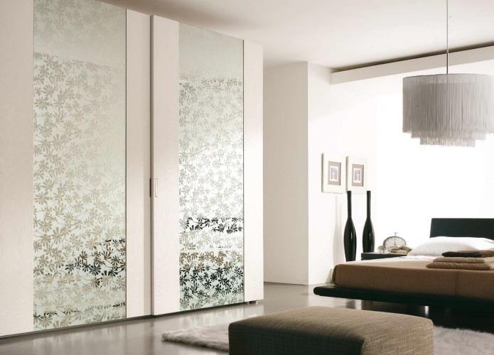 шкаф-купе с применением декоративного зеркала