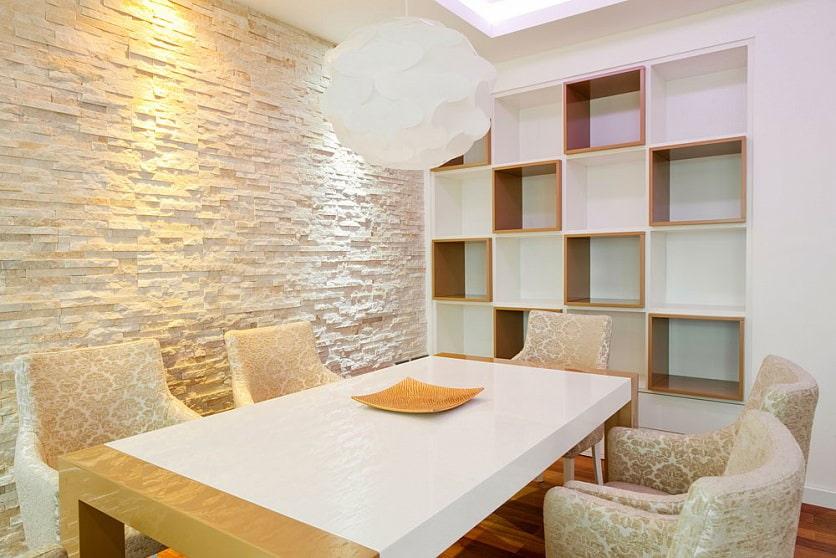 светлый декоративный камень в интерьере столовой