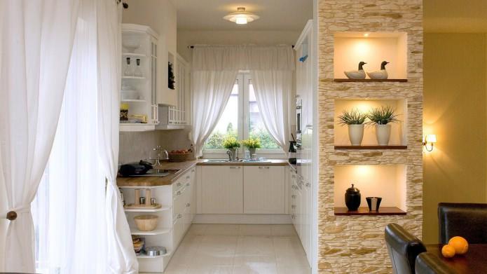 Декоративный камень в оформлении стены с нишей в кухне