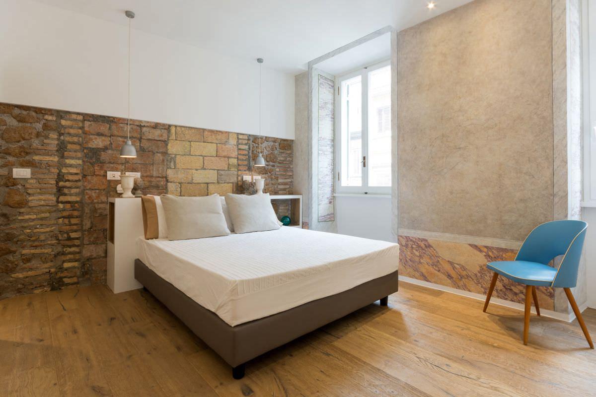 Сочетание камня с штукатуркой в интерьере спальни