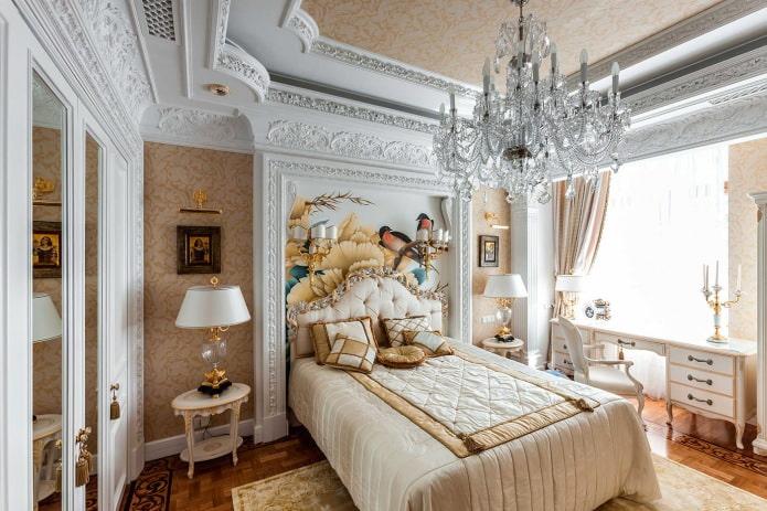 Роспись стен в классической спальне