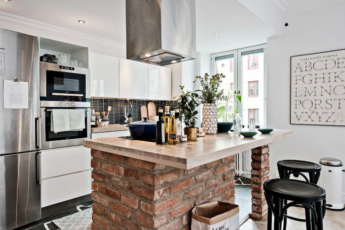 шведский интерьер кухни с кирпичной барной стойкой