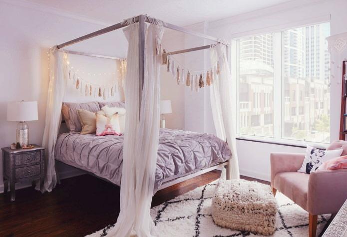 Сиреневые стены в спальне с балдахином