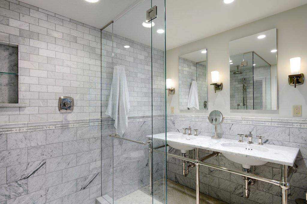 Оформление ванной комнаты серой плиткой стили сочетания