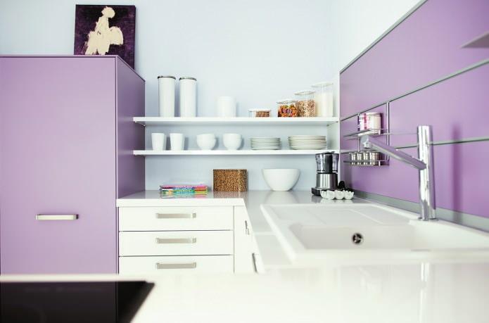 кухня в бело-сиреневых тонах