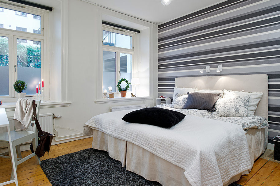 дизайн спальни с серыми обоями в полоску