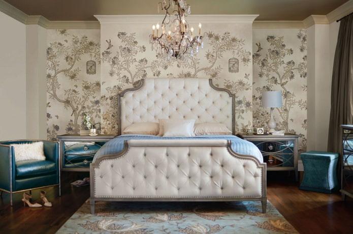 Бежевые стены в классической спальне