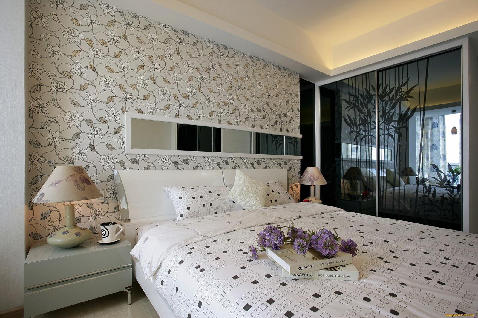 Обои для спальни: виды, комбинирование, фото
