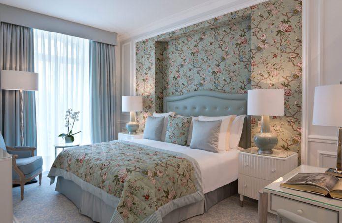 Обои в интерьере спальни: цветочный рисунок
