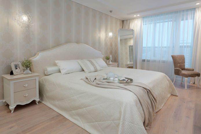 Полосатые обои с орнаментом в спальне