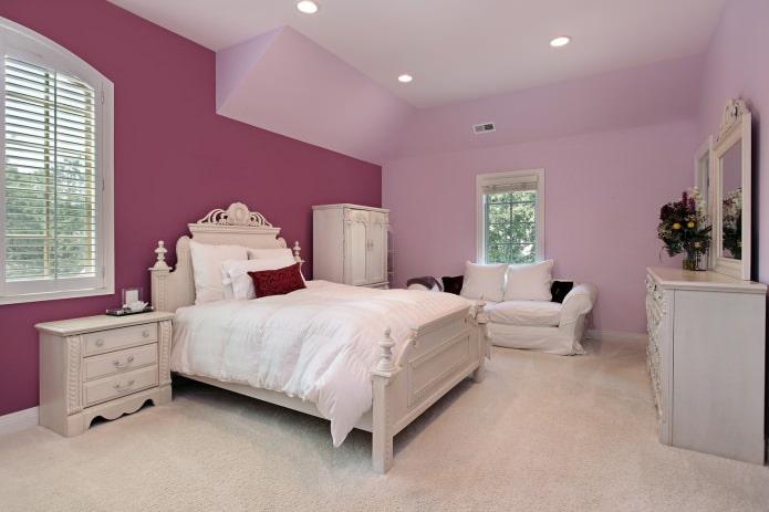 Комбинированные обои разных оттенков в спальне