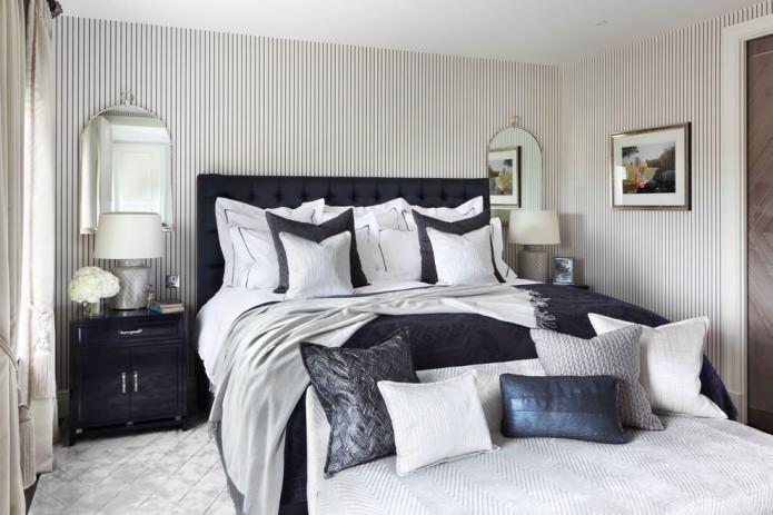 белые полосатые обои в спальне