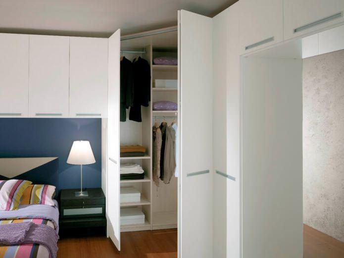 треугольный угловой шкаф в спальне