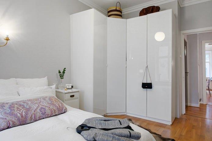 корпусный угловой шкаф в спальне