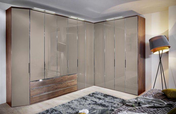 г-образный угловой шкаф в спальне