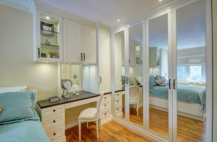 Дизайн зеркального углового шкафа в спальне