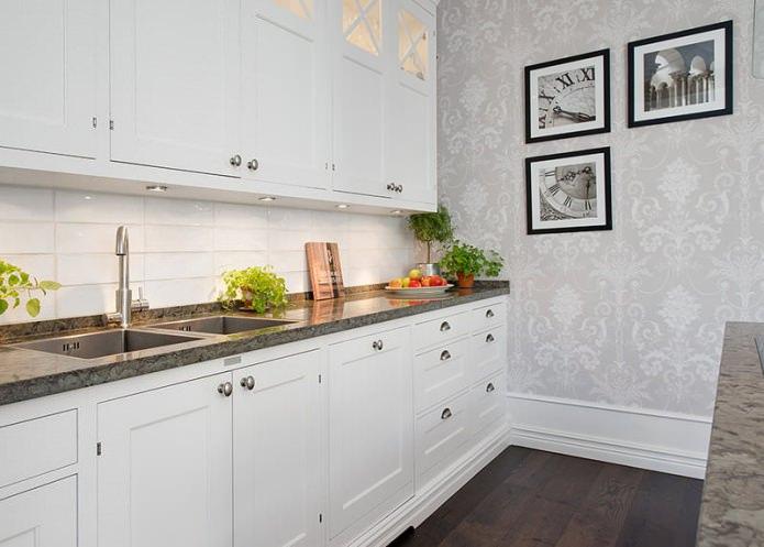 Светло-серые обои в интерьере кухни с белым гарнитуром