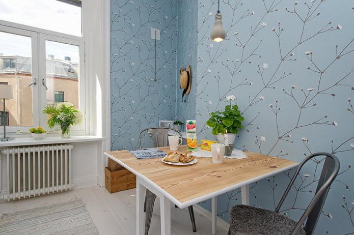 кухня в скандинавском стиле с голубыми обоями