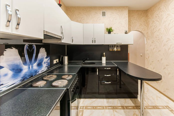 интерьер угловой кухни с барной стойкой на одиночной опоре