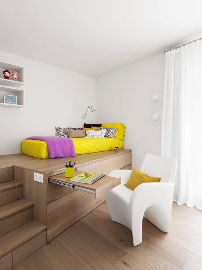 Кровать-подиум в комнате