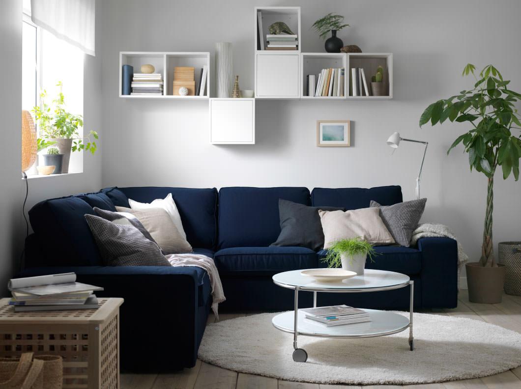 Интерьер комнаты только диван стол и все