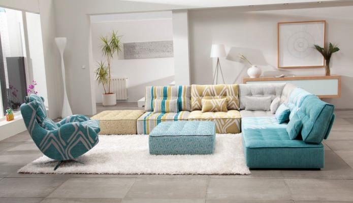 Угловой диван для гостиной из разных блоков