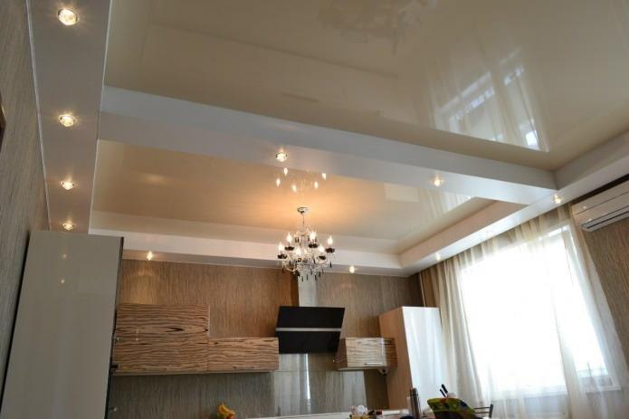 натяжной потолок с люстрой на кухне