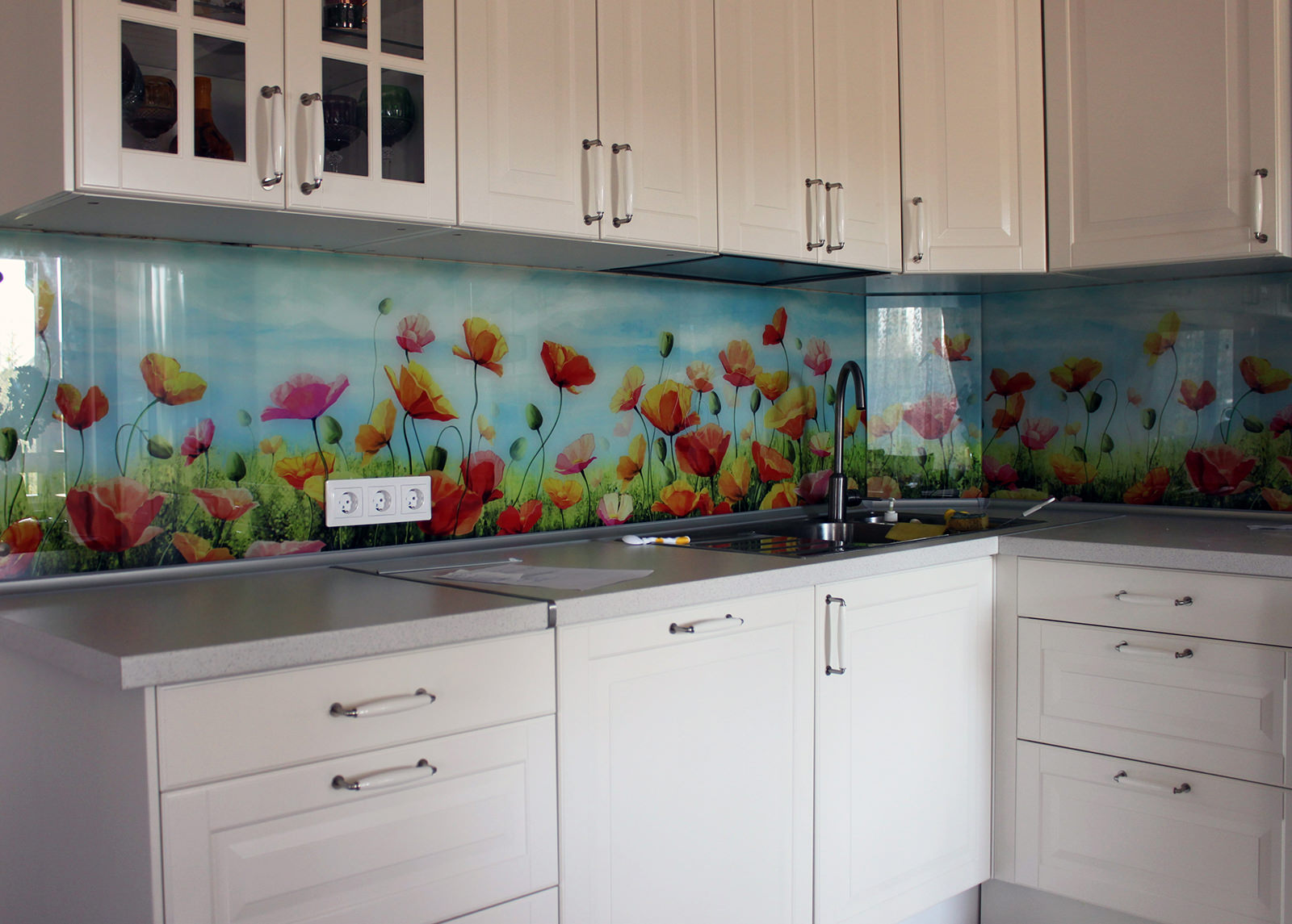 Фото цветов на кухонном фартуке
