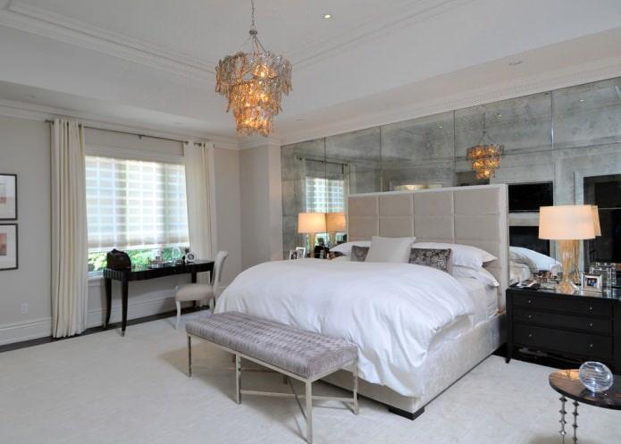 зеркальные панели на акцентной стене в спальне
