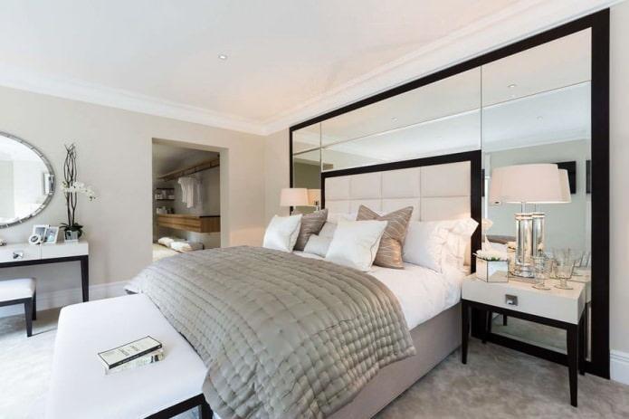 зеркальные панели на стене в спальне
