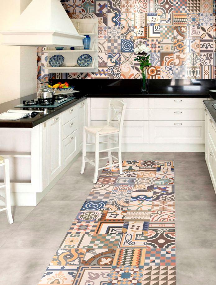 Плитка в стиле пэчворк на полу и фартуке кухни