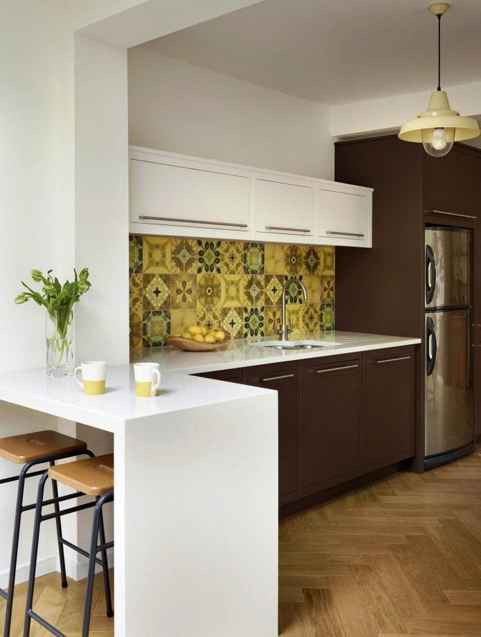Плитка в стиле пэчворк на фартуке кухни
