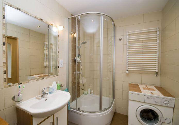 небольшая ванная комната душевой кабиной