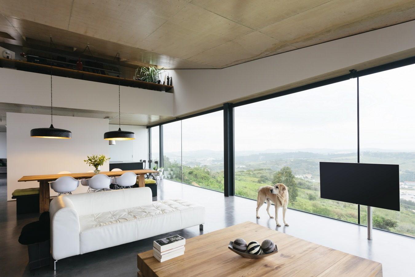Интерьер гостиной с панорамными окнами фото