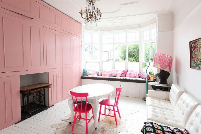 розовые стулья