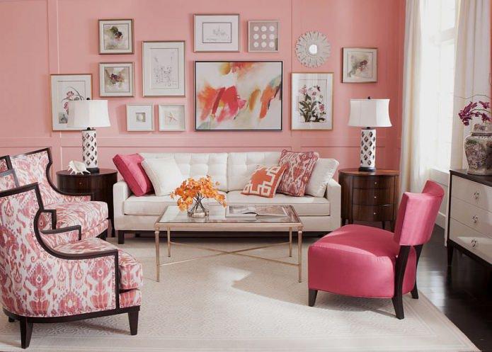 розовые стены с картинами