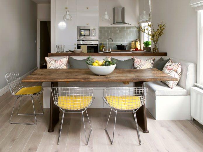 стул в интерьере кухни