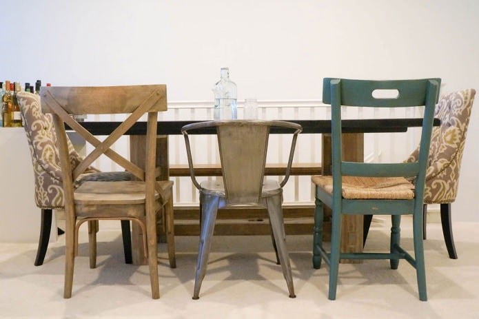 разные стулья в интерьере