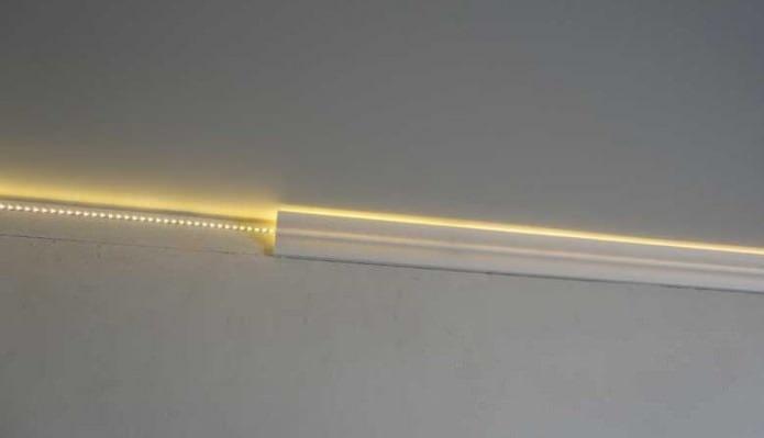 Плинтус с скрытой подсветкой для натяжного потолка