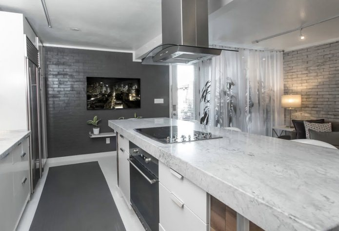 кирпичная серая стена в кухне