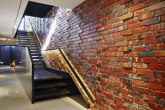 кирпичная стена возле лестницы