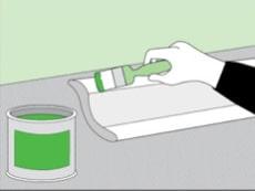 Как наклеить плинтус на натяжной потолок: нанесение клея
