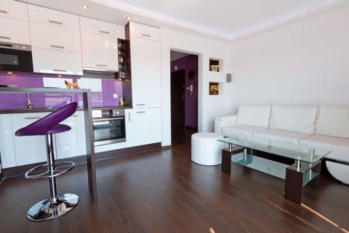 Дизайнкухни-гостиной с барной стойкой в бело-фиолетовых тонах