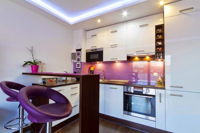 Дизайнкухни с барной стойкой в бело-фиолетовых тонах