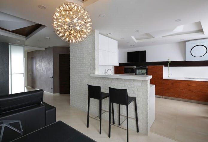 Барная стойка с кирпичной отделкой между кухней и гостиной