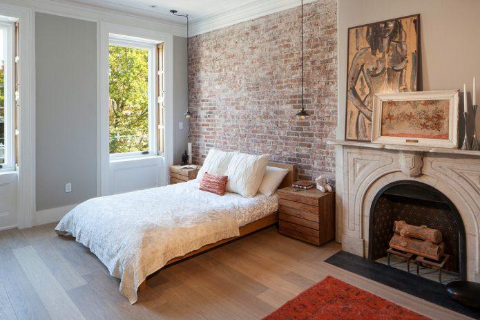 Обои под красный кирпич в дизайне спальни