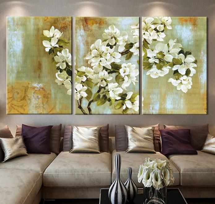 Модульная картина с цветами в интерьере гостиной